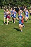 De Jongens die van de middelbare school in DwarsLand lopen rennen Stock Afbeeldingen