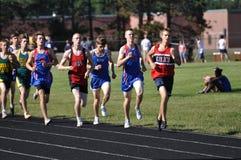 De Jongens die van de tiener in Kopspijker Over lange afstand lopen ontmoeten Race Stock Foto