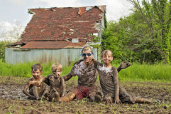 De jongens die van het land in modder spelen Royalty-vrije Stock Afbeeldingen