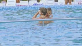 De jongens duiken in de pool stock footage