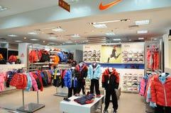 De jongens en girs de winkel van Nike stock foto
