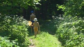 De jongens gaan vissend in green in de zomer stock videobeelden