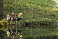 de jongens gaan vissend op de rivier Stock Foto's