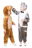 De jongens kleedden zich als kat en hond royalty-vrije stock foto