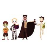 De jongens kleedden zich in skelet, brij, zombie, vampierkostuums voor Halloween Stock Afbeeldingen