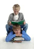De jongens lezen boek Stock Foto