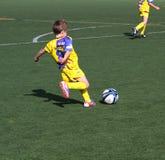 De jongens op het Voetbal van de Jeugd van de Stad van Alicante vormen tot een kom Royalty-vrije Stock Afbeelding