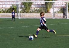 De jongens op het Voetbal van de Jeugd van de Stad van Alicante vormen tot een kom Royalty-vrije Stock Foto