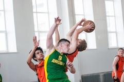De jongens spelen basketbal, Orenburg, Rusland Stock Foto's