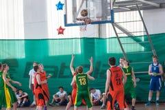 De jongens spelen basketbal, Orenburg, Rusland Stock Afbeelding