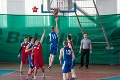 De jongens spelen basketbal, Orenburg, Rusland Royalty-vrije Stock Fotografie