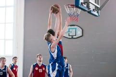 De jongens spelen basketbal, Orenburg, Rusland Stock Foto