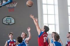 De jongens spelen basketbal, Orenburg, Rusland Stock Afbeeldingen