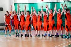 De jongens spelen basketbal, Orenburg, Rusland Royalty-vrije Stock Foto