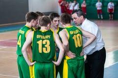 De jongens spelen basketbal, Orenburg, Rusland Royalty-vrije Stock Afbeeldingen