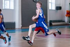 De jongens spelen basketbal, Orenburg, Rusland Stock Fotografie