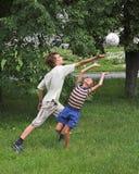 De jongens spelen met bol Stock Foto's