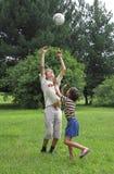 De jongens spelen met bol Royalty-vrije Stock Afbeelding