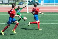 De jongens spelen voetbal Royalty-vrije Stock Afbeeldingen