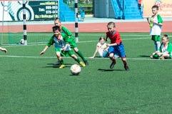 De jongens spelen voetbal Stock Afbeelding