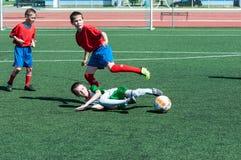 De jongens spelen voetbal Stock Fotografie