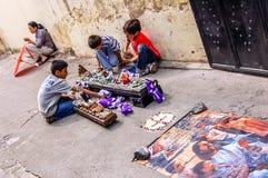 De jongens stellen Heilige Weekoptocht, Antigua, Guatemala weer in Royalty-vrije Stock Afbeeldingen
