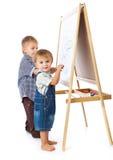 De jongens trekken op een bord Stock Foto's