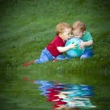 De jongens van de baby op gras Stock Afbeelding