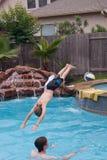 De jongens van de tiener het zwemmen royalty-vrije stock afbeelding