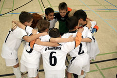 De jongens van Joung in cirkel alvorens voetbal te beginnen gam Stock Foto's
