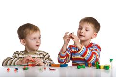 De jongens vormen speelgoed van plasticine Royalty-vrije Stock Afbeelding