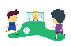 De jongensgroep geniet van met spelvoetbal Stock Foto