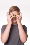 De jongensholding friemelt spinners voor ogen stock afbeeldingen