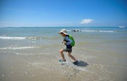De jongenslooppas aan het overzees bij het strand stock foto's