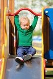De jongenspeuter die van de één éénjarigebaby groene sweater dragen bij speelplaats Royalty-vrije Stock Foto