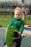De jongenspeuter die van de één éénjarigebaby groene sweater dragen bij speelplaats Stock Foto