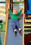 De jongenspeuter die van de één éénjarigebaby groene sweater dragen bij speelplaats Royalty-vrije Stock Afbeeldingen