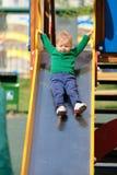 De jongenspeuter die van de één éénjarigebaby groene sweater dragen bij speelplaats Royalty-vrije Stock Foto's