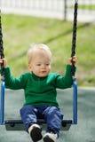 De jongenspeuter die van de één éénjarigebaby groene sweater dragen bij speelplaats Stock Fotografie