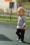 De jongenspeuter van de één éénjarigebaby bij speelplaats Stock Foto's