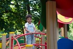 De jongensspelen van de Afro Amerikaanse school op speelplaats Stock Foto