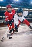 De jongensspelers van de ijshockeysport stock afbeelding