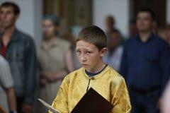 De jongenstiener dient in kerk royalty-vrije stock afbeeldingen