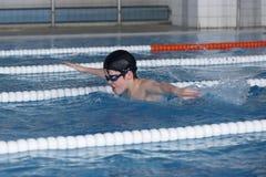 De jongenstreinen in zwembad, vóór compet Royalty-vrije Stock Foto