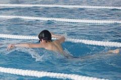 De jongenstreinen in zwembad, vóór compet Royalty-vrije Stock Afbeelding