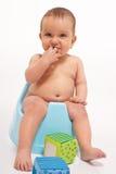 De jongenszitting van de baby op onbenullig Stock Afbeeldingen