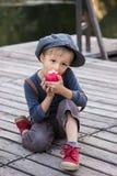 De jongenszitting van Nice met appel Royalty-vrije Stock Foto