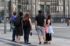 De jongeren bevindt zich voor de Kathedraal van Keulen Royalty-vrije Stock Afbeeldingen