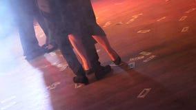 De jongeren danst en hebt pret Veel wijnglazen op groene lijst Glamouratmosfeer Het dansen op dollarrekeningen stock footage