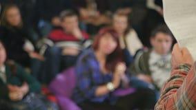 De jongeren die en juicht op de stand-up show toe lachen stock footage